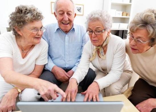 Nonni su internet: Poste Italiane inizia il programma di alfabetizzazione digitale della terza età