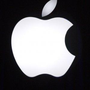 Entra in un Apple Store e distrugge tutto