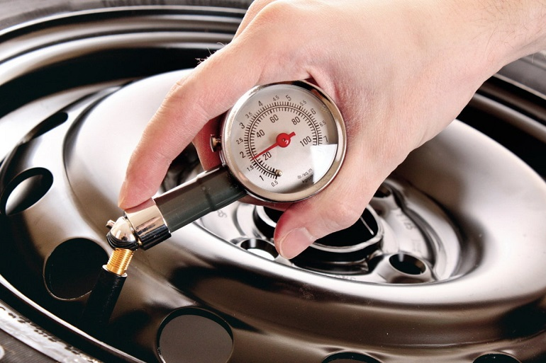 Pressione pneumatici auto in inverno: ecco come regolarsi
