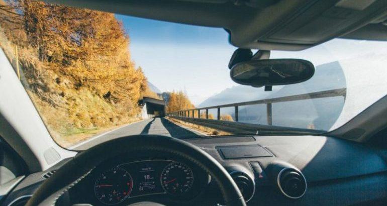 Per un viaggio lungo in macchina, cosa si deve portare?