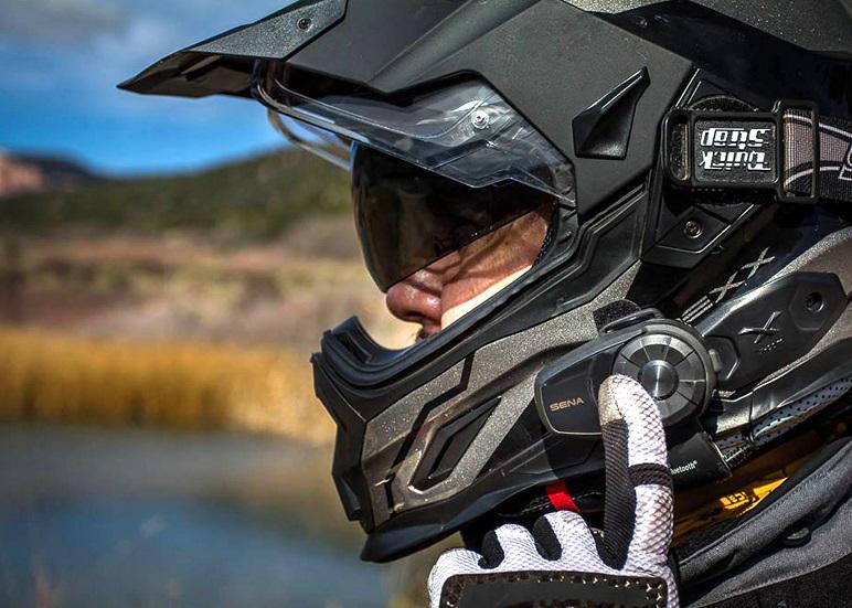 Si puo guidare la moto con le cuffie auricolari? Cosa dice la legge
