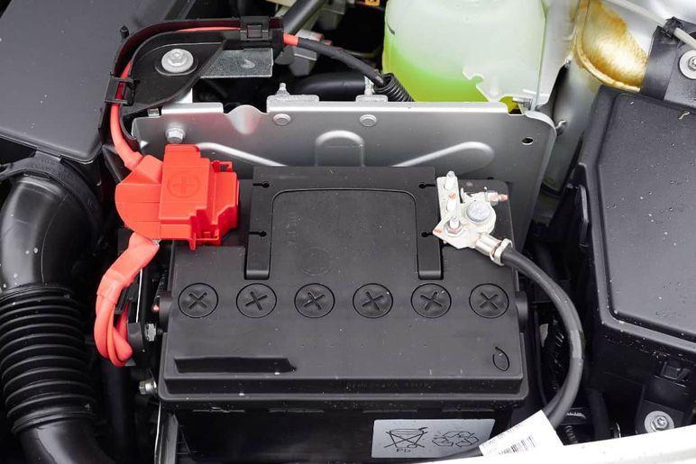 Auto e moto ferme: staccare la batteria è una buona idea?