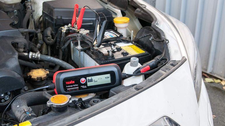 Tenere in carica la batteria di auto e moto: 7 cose che devi sapere
