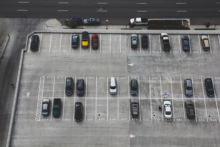 Mi hanno tamponato l'auto parcheggiata ma ho la targa: cosa fare?